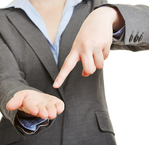 Zeigefinger zeigt auf leere Handfläche